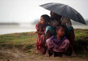 Rohingya refugees in the rain 1 (photo)