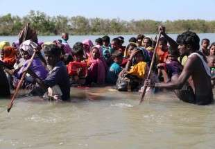 Rohingya Muslims flee on flimsy raft (photo)