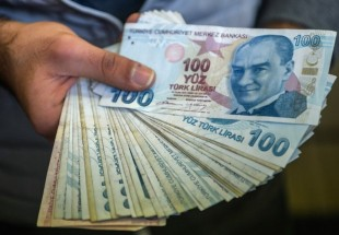 Public jittery as Turkish lira slides rapidly over political, economic issues