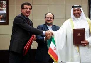 Iranian Minister of Industry, Mines and Business Mohammad Shariatmadari (C), Turkish Economy Minister Nihat Zeybekci (L) and Qatari Economy Minister Ahmed bin Jassim Al Thani shake hands after signing an agreement in Tehran on Sunday. (Photo via Anadolu Agency)