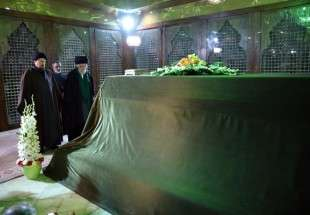 Leader visits Imam Khomeini (RA) mausoleum and martyrs cemetery (photo)