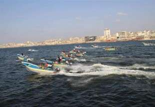 Dozens of Palestinian boats hold sea march along Gaza Strip against fishing limits