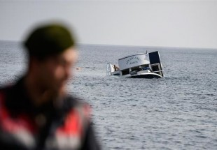 Refugee boat sinks off Turkey, 2 killed