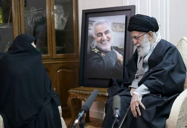 Supreme Leader visits family of General Qassim Soleimani (photo)