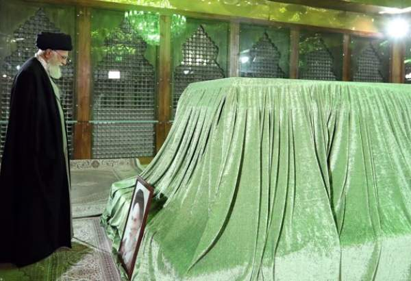 "Supreme Leader visits mausoleum of Imam Khomeini (photo)  <img src=""/images/picture_icon.png"" width=""13"" height=""13"" border=""0"" align=""top"">"