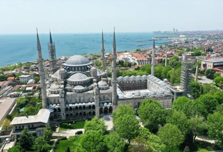 Historical sites in Istanbul fall silent as weekend lockdown continues