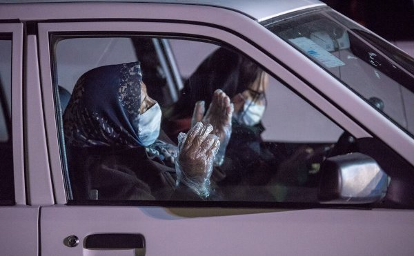 Iranians hold drive in prayer in compliance with outbreak guidelines (photo)